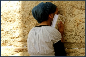 woman-praying-at-western-wall